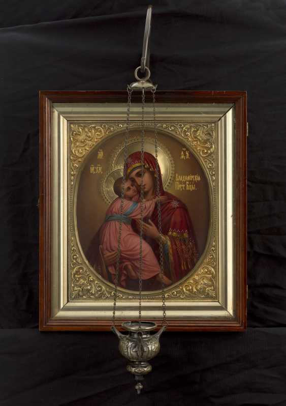 The Mother of God of Vladimir in a Silver-Gilt Chiselled Frame, Wooden Kiot and with a Lampion    - photo 1