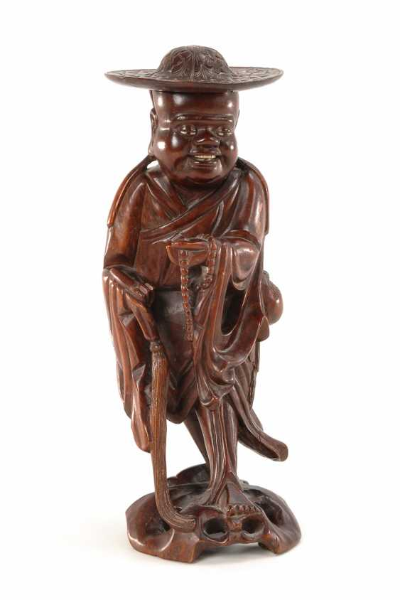 Large carved figure with hat. - photo 1