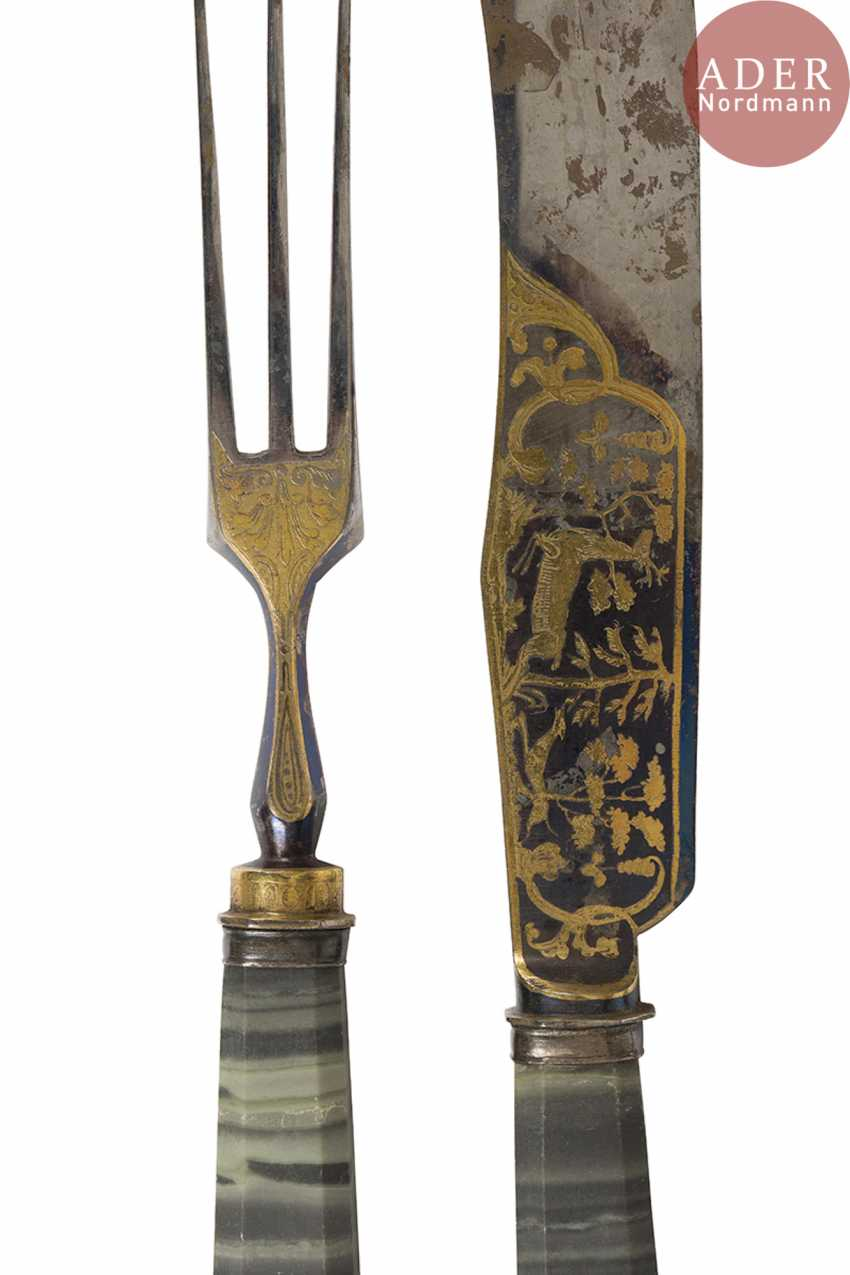 Exceptional set of twelve knives and twelve forks, the handles of jasper Revna, the steel blades engraved with the water high, gilded and blued, decorated on both sides with scenes of hunting and animals. Good condition, slight wear. - photo 2