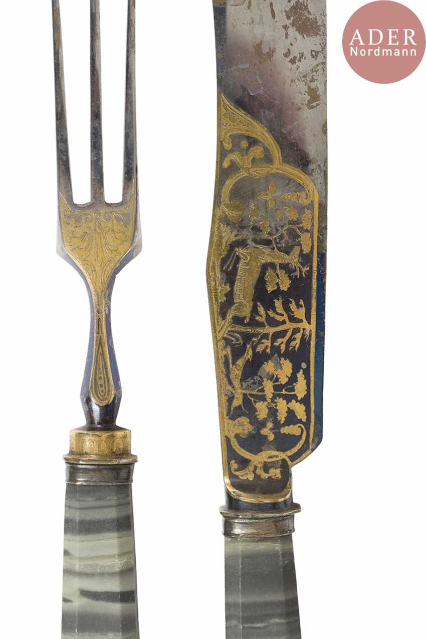 Exceptional set of twelve knives and twelve forks, the handles of jasper Revna, the steel blades engraved with the water high, gilded and blued, decorated on both sides with scenes of hunting and animals. Good condition, slight wear. - photo 3