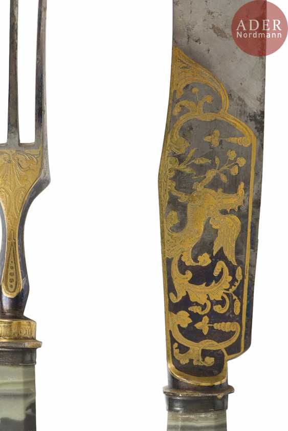Exceptional set of twelve knives and twelve forks, the handles of jasper Revna, the steel blades engraved with the water high, gilded and blued, decorated on both sides with scenes of hunting and animals. Good condition, slight wear. - photo 4