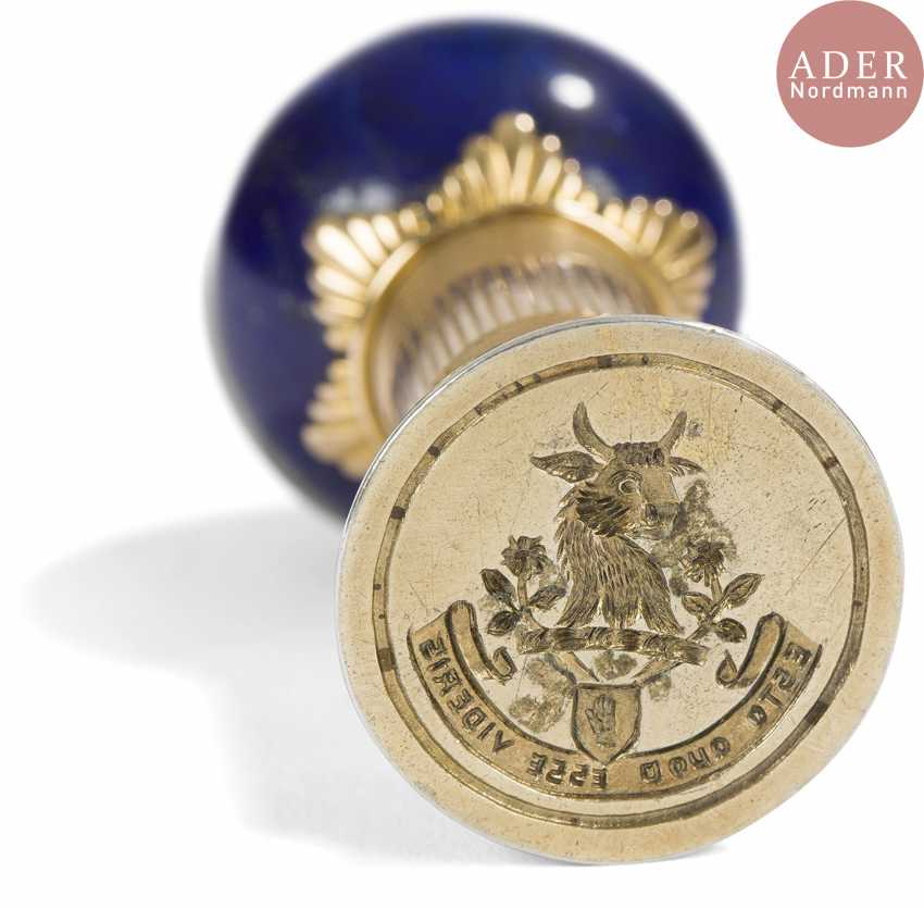 Stamp gold 56 zolotniks (583 milliseconds), guilloché motif and striated, the outlet is formed by a ball of lapis lazuli chosen by a pattern of fluted star. The seal in vermeil is engraved with intaglio of a crest and a motto. Good condition, small shock. - photo 2
