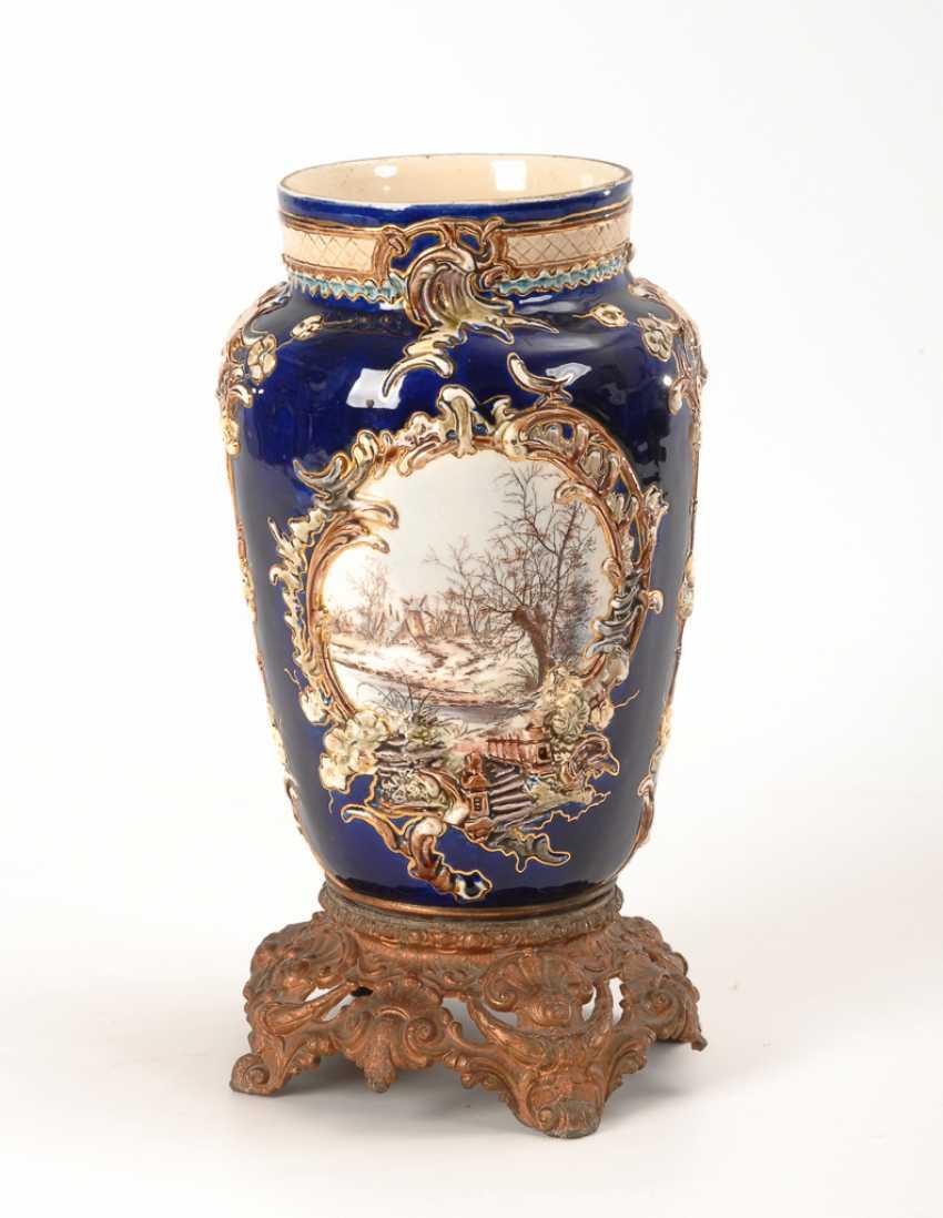 Historismus-Vase mit montiertem Metallfuß. - Foto 1
