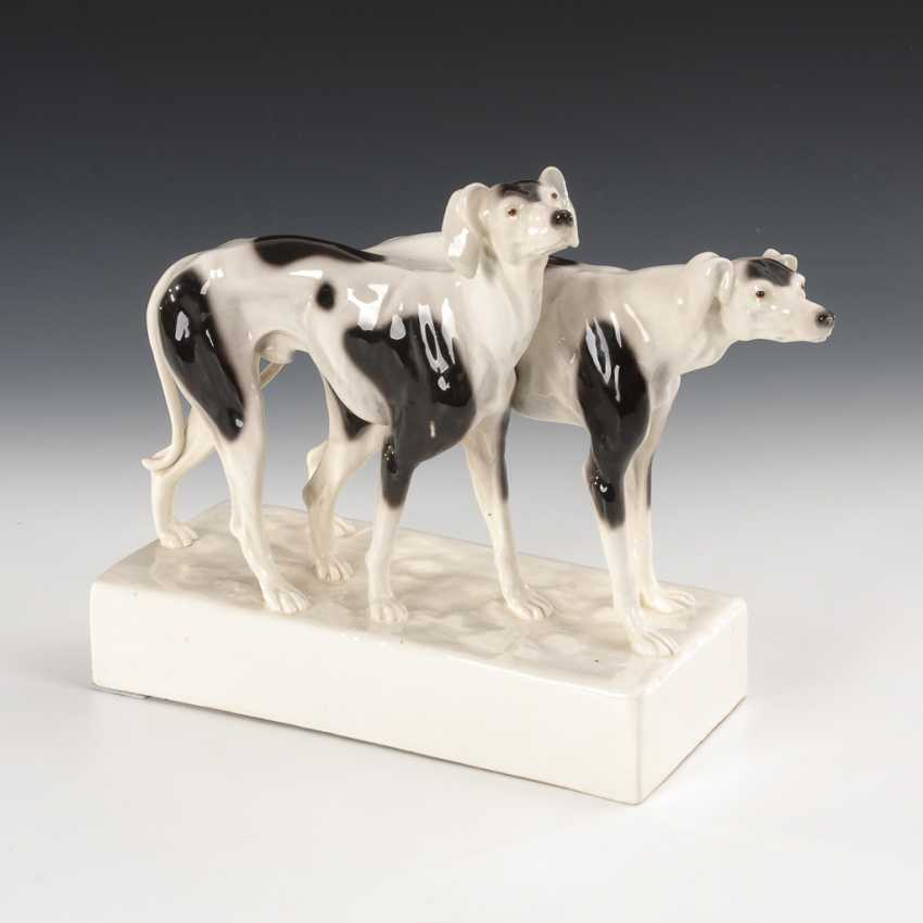 Zwei stehende Windhunde, Entwurf Beaume / Goldscheider, Wien. - Foto 1