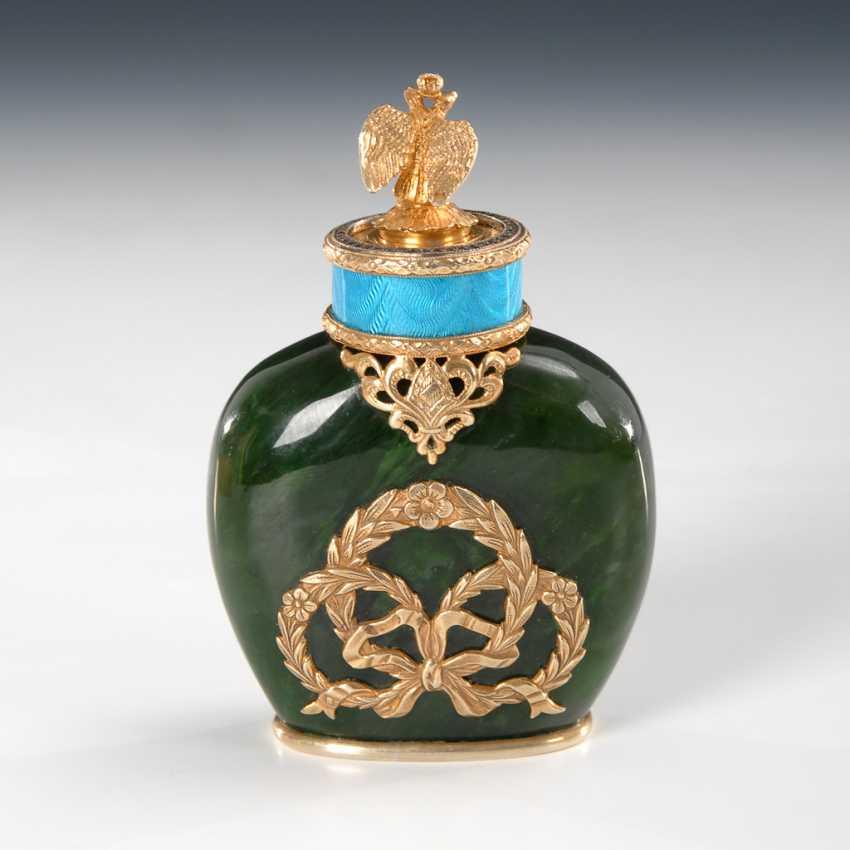 Steinschnitt-Flakon aus grüner Jade im Stil von Fabergé mit Originaletui. - Foto 1