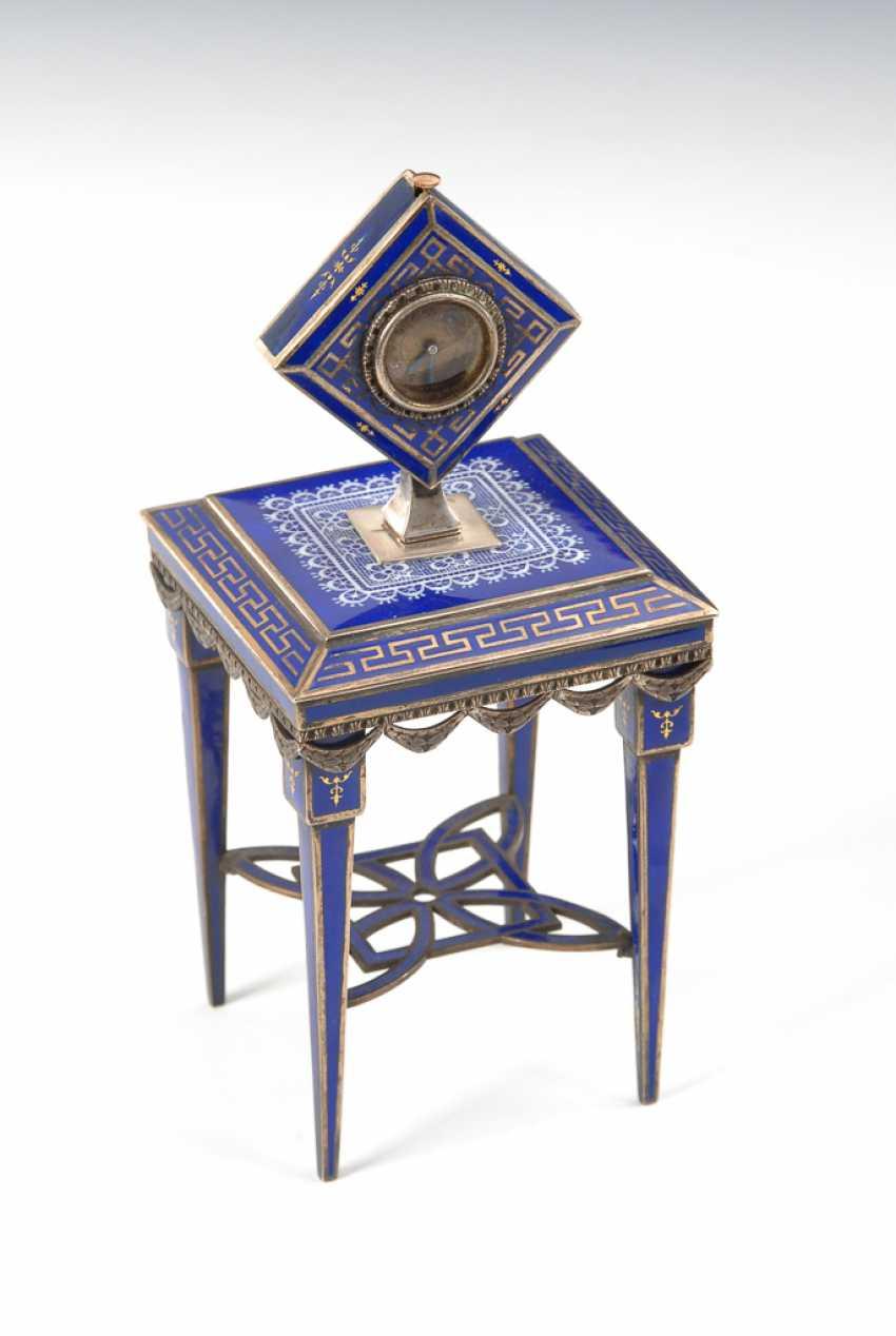 Wiener EmaiLänge: Tischchen mit Miniaturuhr. - Foto 1