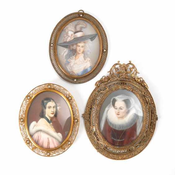 3 Miniaturen in Messingrahmen: Damenbildnisse. - Foto 1