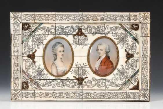 Großer Elfenbein-Rahmen mit 2 Miniaturen: Mozart und Constanze Weber. - Foto 1