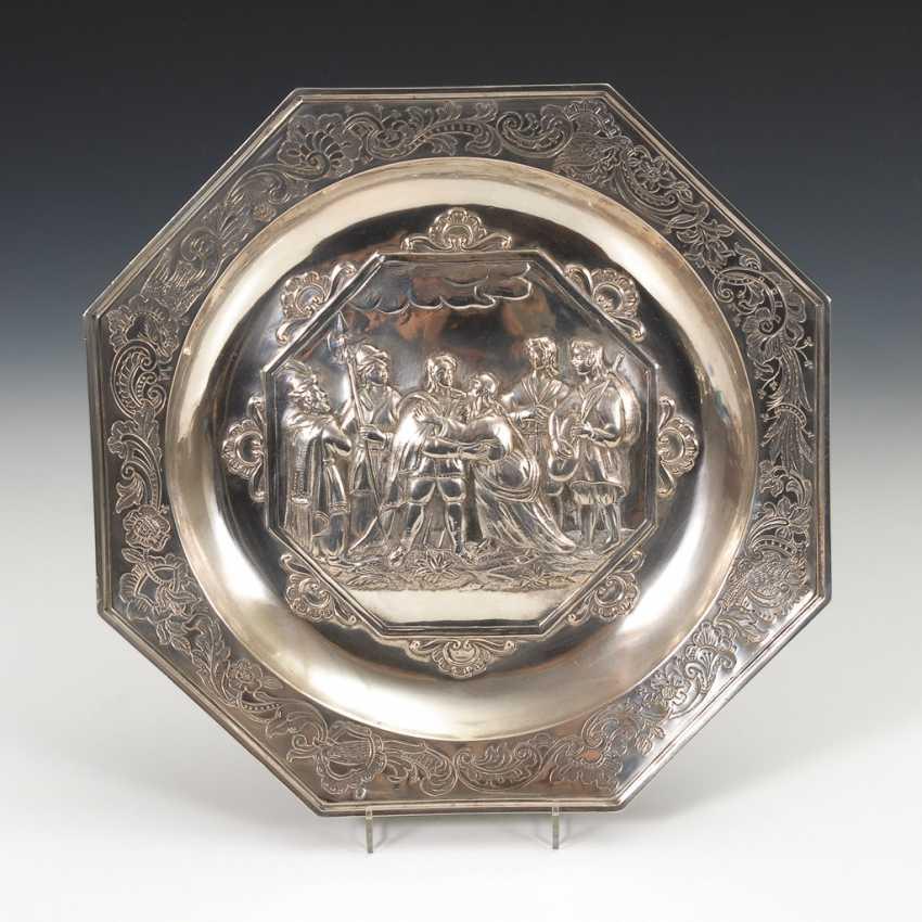 Historismus-Silberplatte mit Figurenszene. - Foto 1