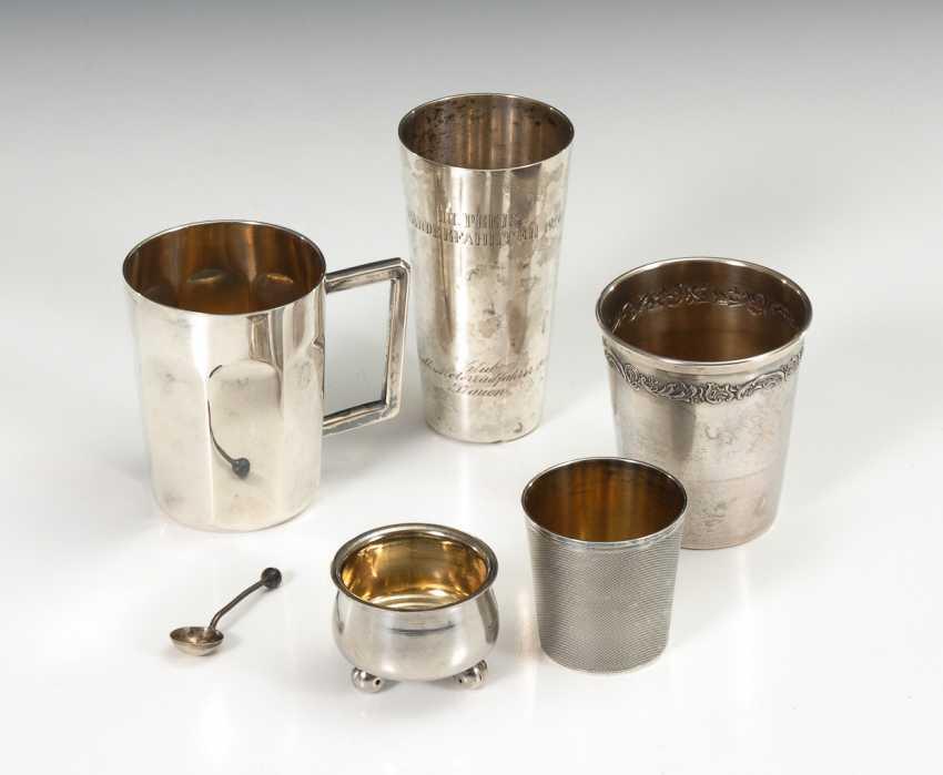 Kleine Salière mit Löffelchen und 4 Silberbecher. - Foto 1