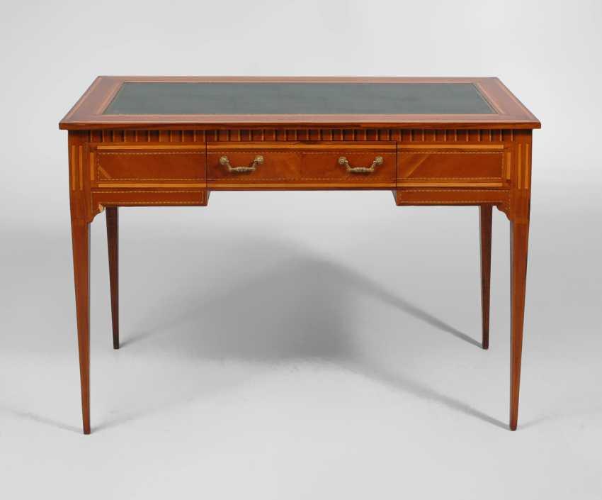 Schreibtisch mit dekorativen Marketerien. - Foto 1
