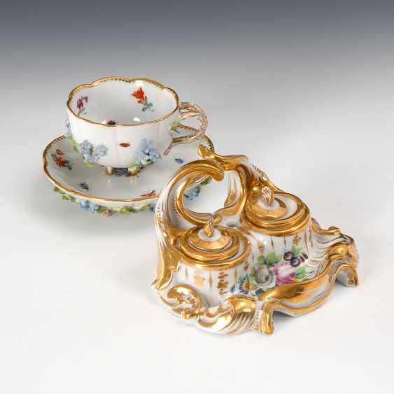 Tasse mit Blütenbelag und Schreibzeug. - Foto 1