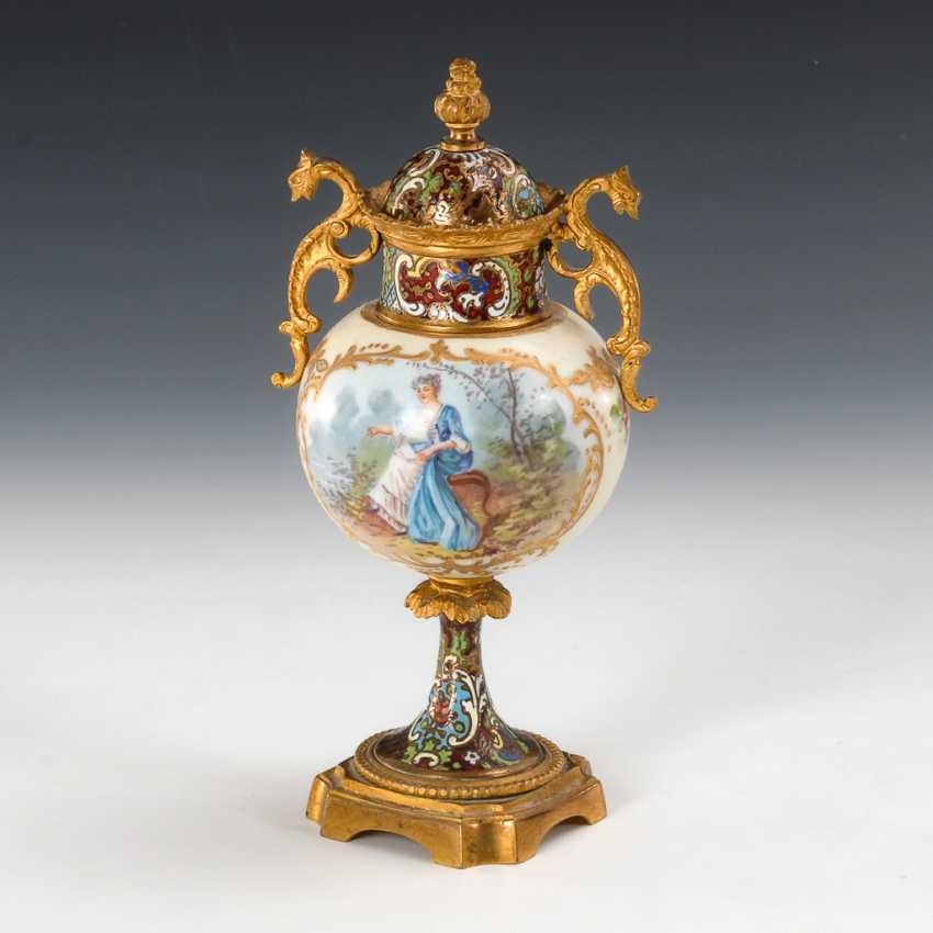 Small lidded vase with bronze mount. - photo 1