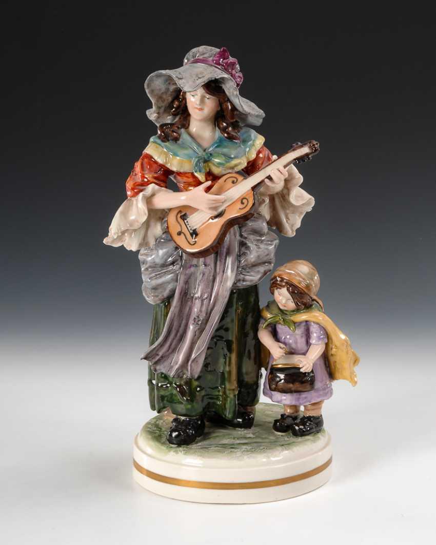 Bettlerin mit Gitarre. - Foto 1