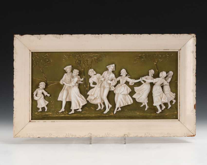 Reliefbild mit Hochzeitsgesellschaft. - Foto 1