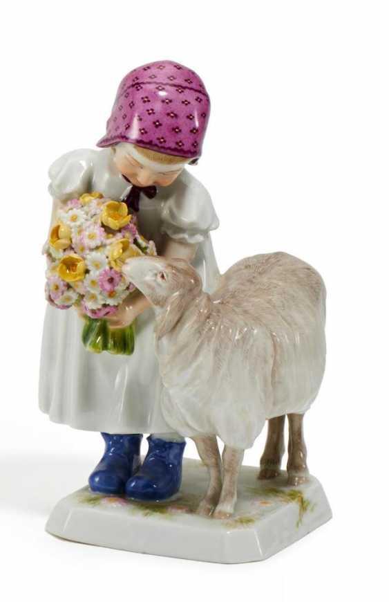 Kleines Mädchen mit Schaf - Foto 1