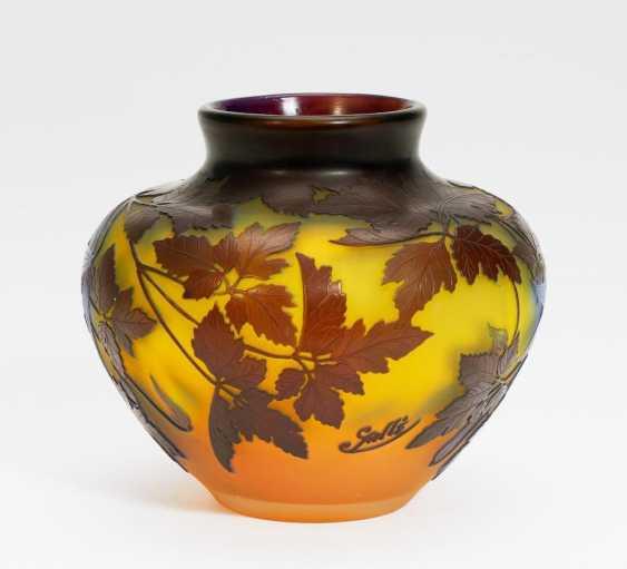 Gebauchte Vase mit Clematisranken - Foto 1