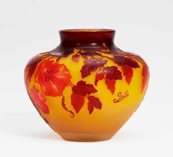 Gebauchte Vase mit blühenden Kletterranken - Foto 1