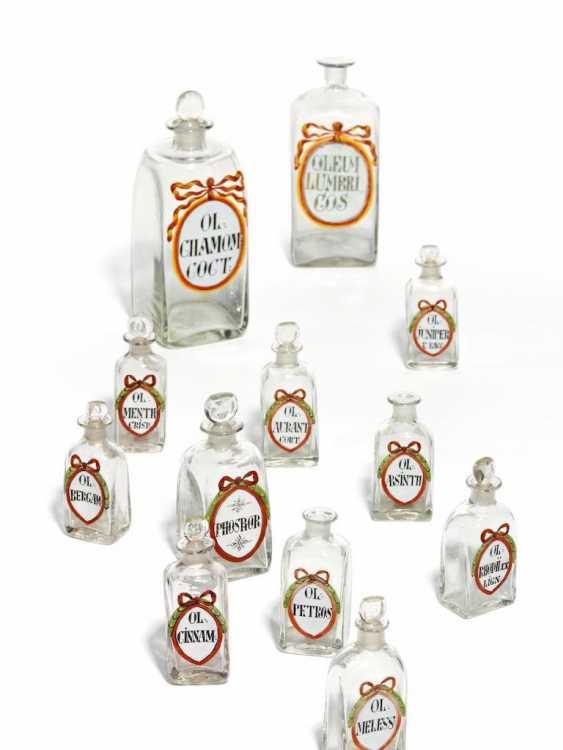 Siebzehn Apothekenflaschen mit rotem Schleifenband - Foto 1
