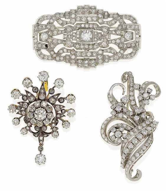 KonvoluTiefe: A diamond pendant and two brooches - photo 1
