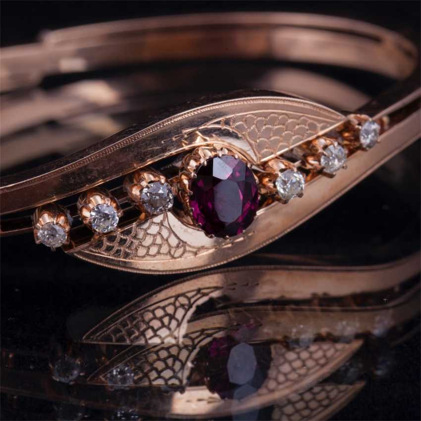 Gold bracelet with diamonds and garnet