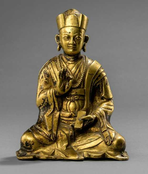 Fire gilt Bronze of a seated priest - photo 1