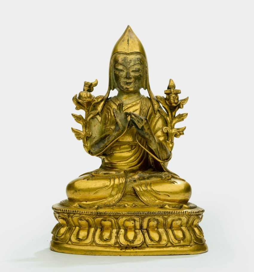 Fire-gilded Bronze of Tsongkhapa on a Lotus - photo 1