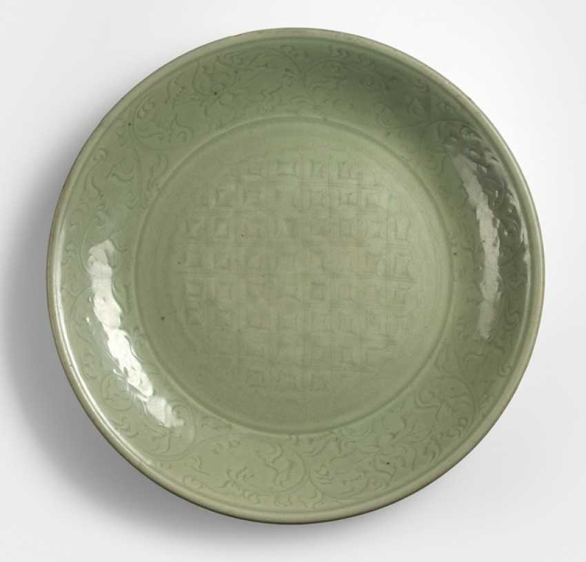 Large Longquan dish with decor of Rankwerk and geometric pattern - photo 1