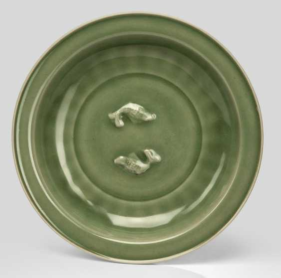 Fine Longquan bowl with celadon-colored glaze, and a pair of Fish in Relief - photo 1