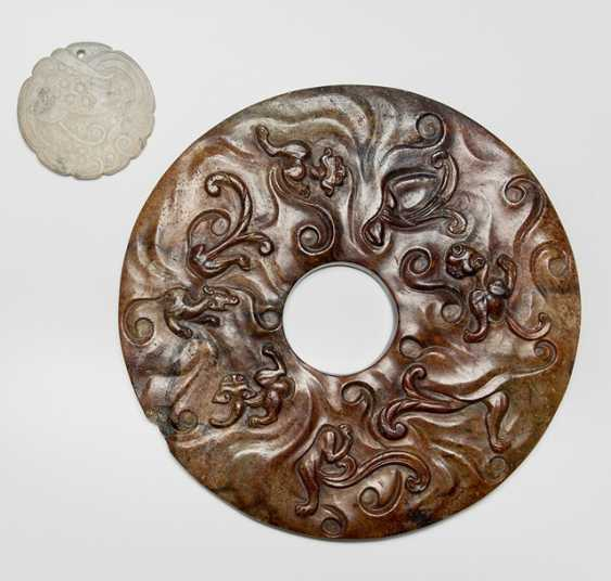 Two Jadeschnitzereien: Bi-disc with nine Chilong and dragon pendant - photo 1