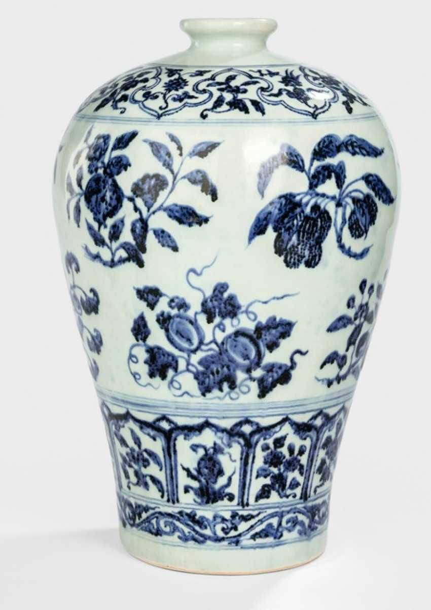 Underglaze blue decorated Meiping porcelain, with fruit branches - photo 1