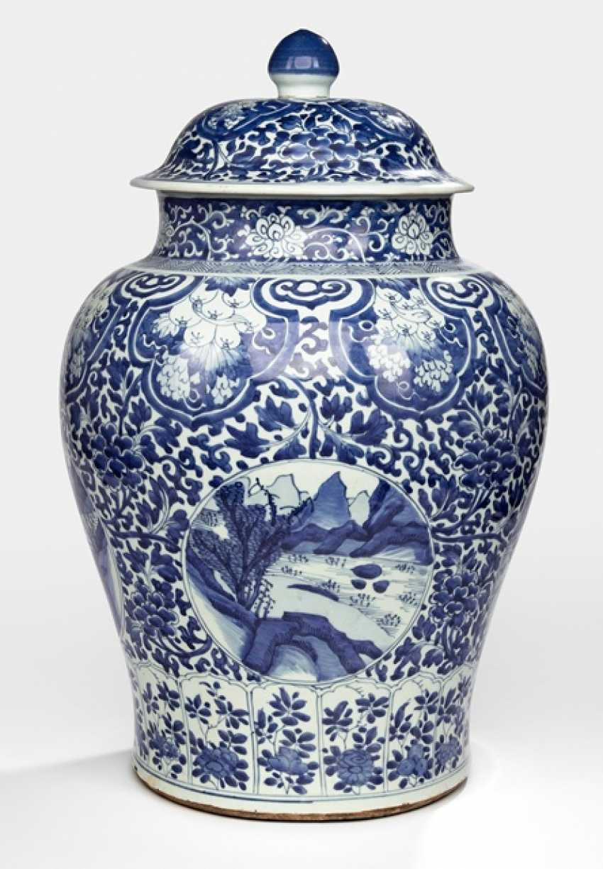 Large lidded vase with landscape decoration in cartouches on a floral base - photo 1
