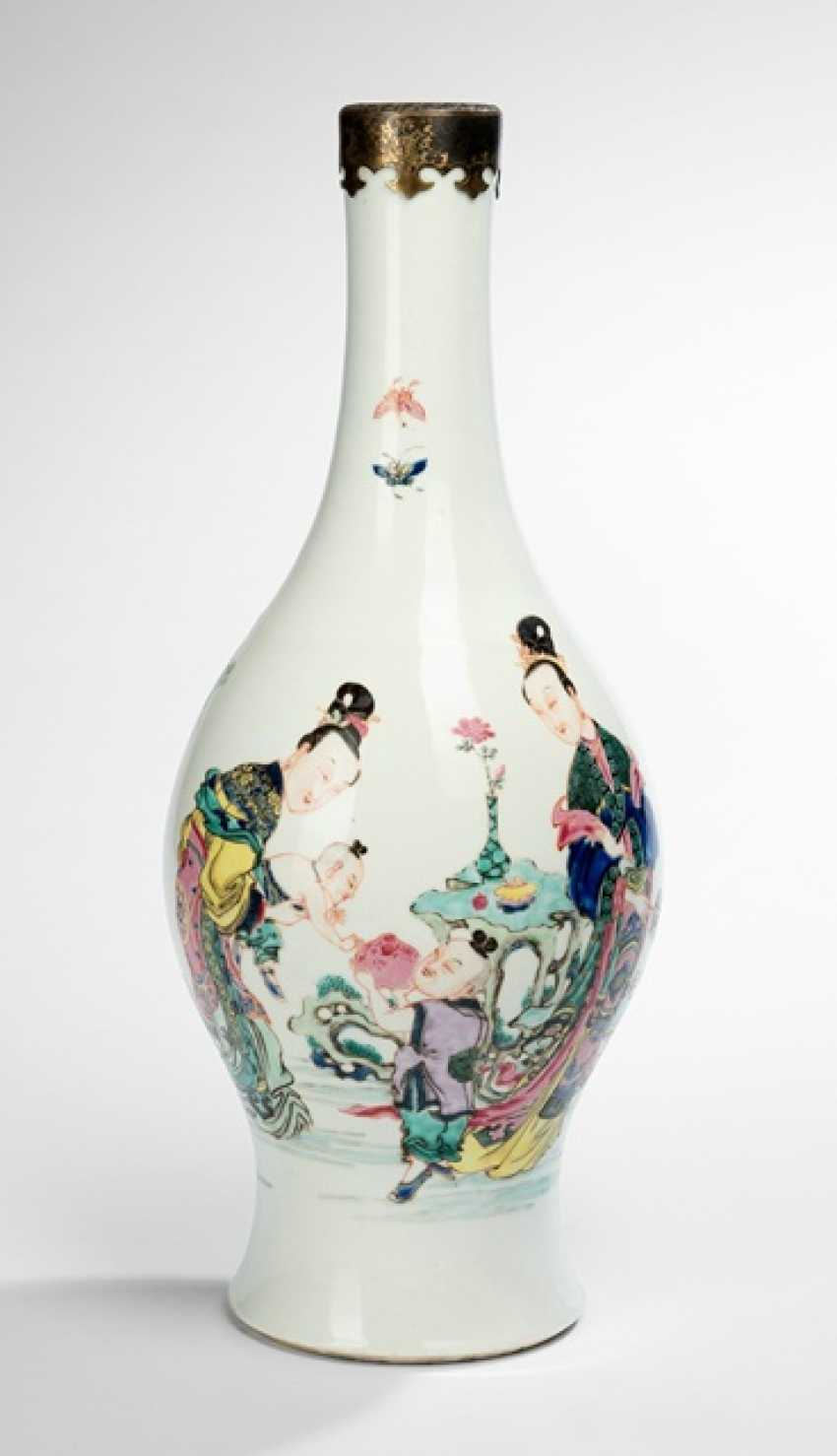 Great and rare polychrome-decorated bottle vase made of porcelain with ladies and boys - photo 1