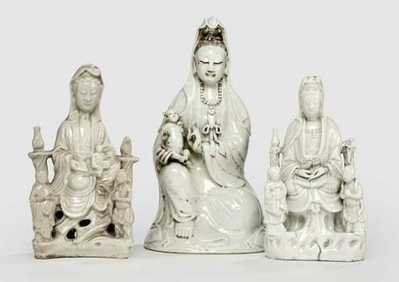 Three Dehua figures of Guanyin with boys and Adorants - photo 1