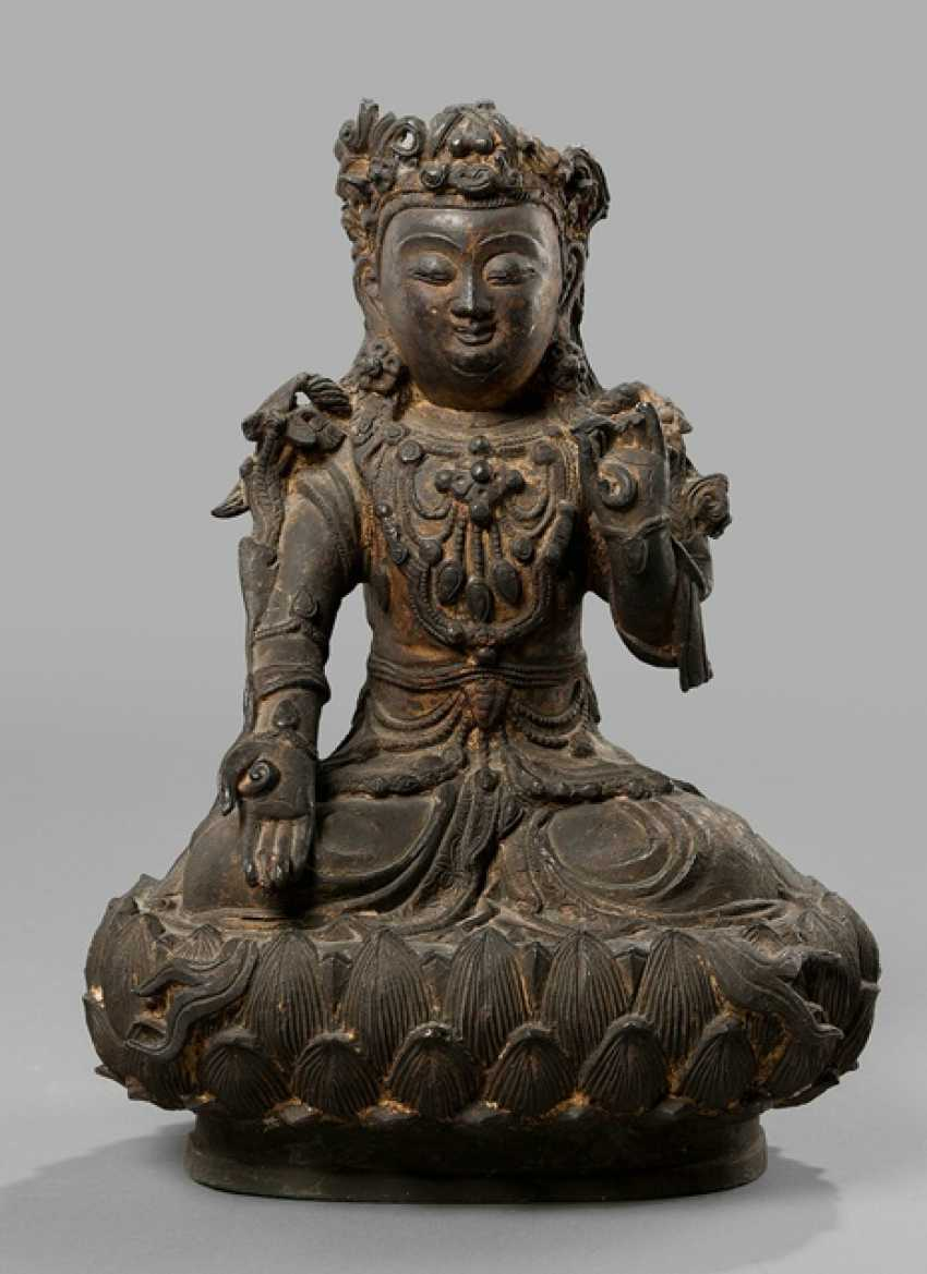 Bronze of a Guanyin on a Lotus, with remnants of gilding - photo 1