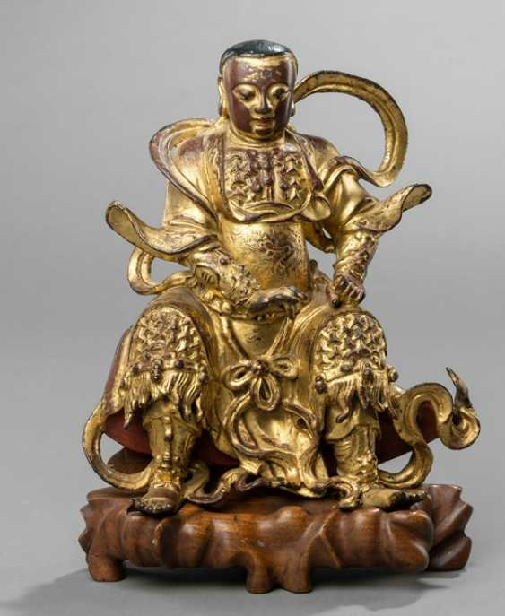 Lacquer gilded Bronze of Zhenwu on a carved wooden base - photo 1