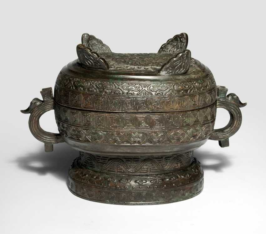 Bronze vessel of the type 'xu' with a lid in the archaic style - photo 1