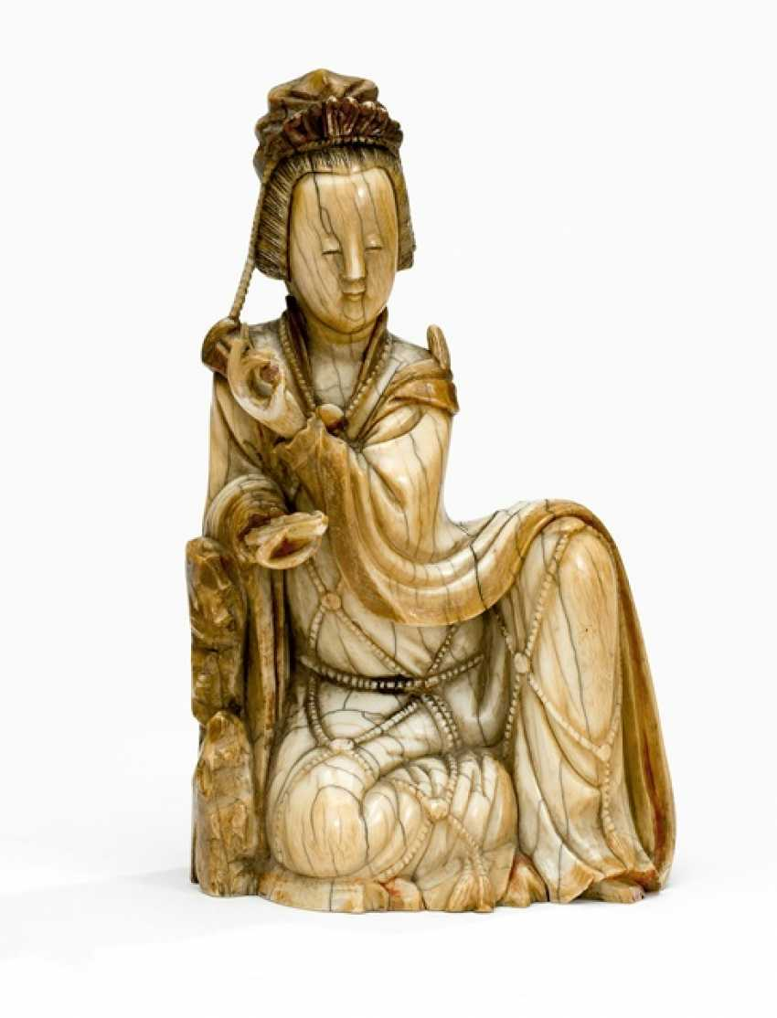 Very fine ivory figure of Guanyin with a bent knee depicted sitting - photo 1