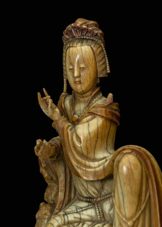 Very fine ivory figure of Guanyin with a bent knee depicted sitting - photo 2