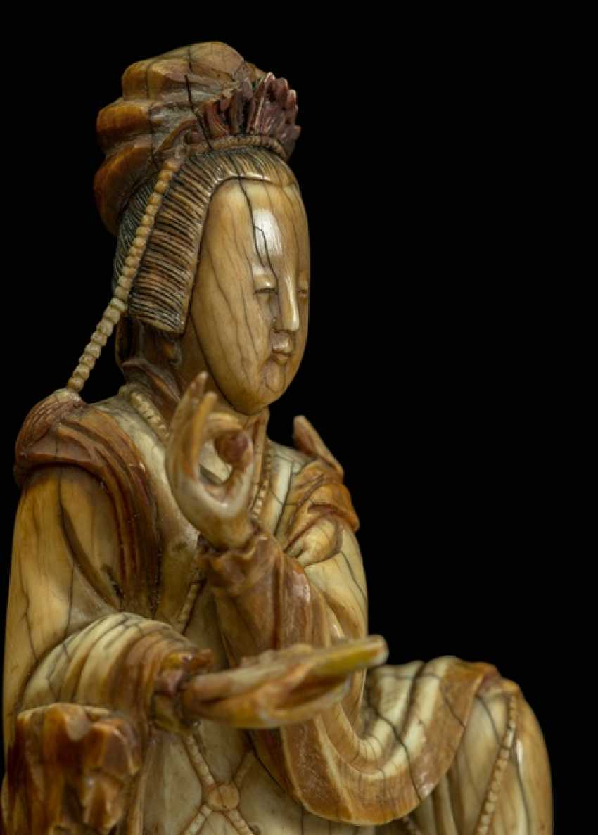 Very fine ivory figure of Guanyin with a bent knee depicted sitting - photo 3