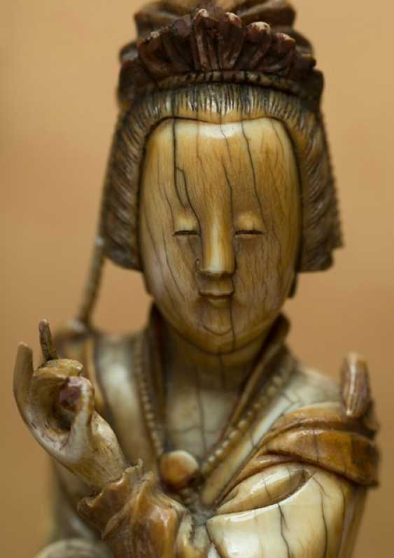 Very fine ivory figure of Guanyin with a bent knee depicted sitting - photo 4