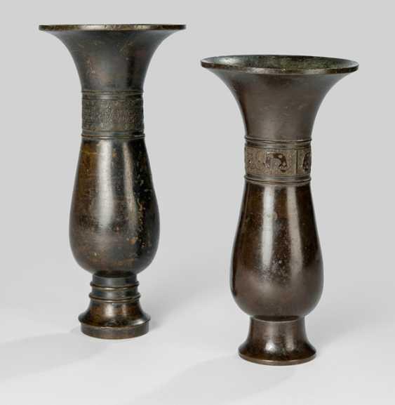 Two elegant wine vessels of the type 'zhi' Bronze - photo 1