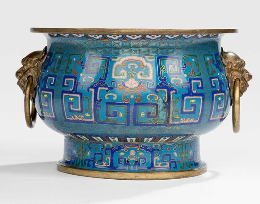 Partially fire-gilded Cloisonne incense bain in the archaic style with handling - photo 1