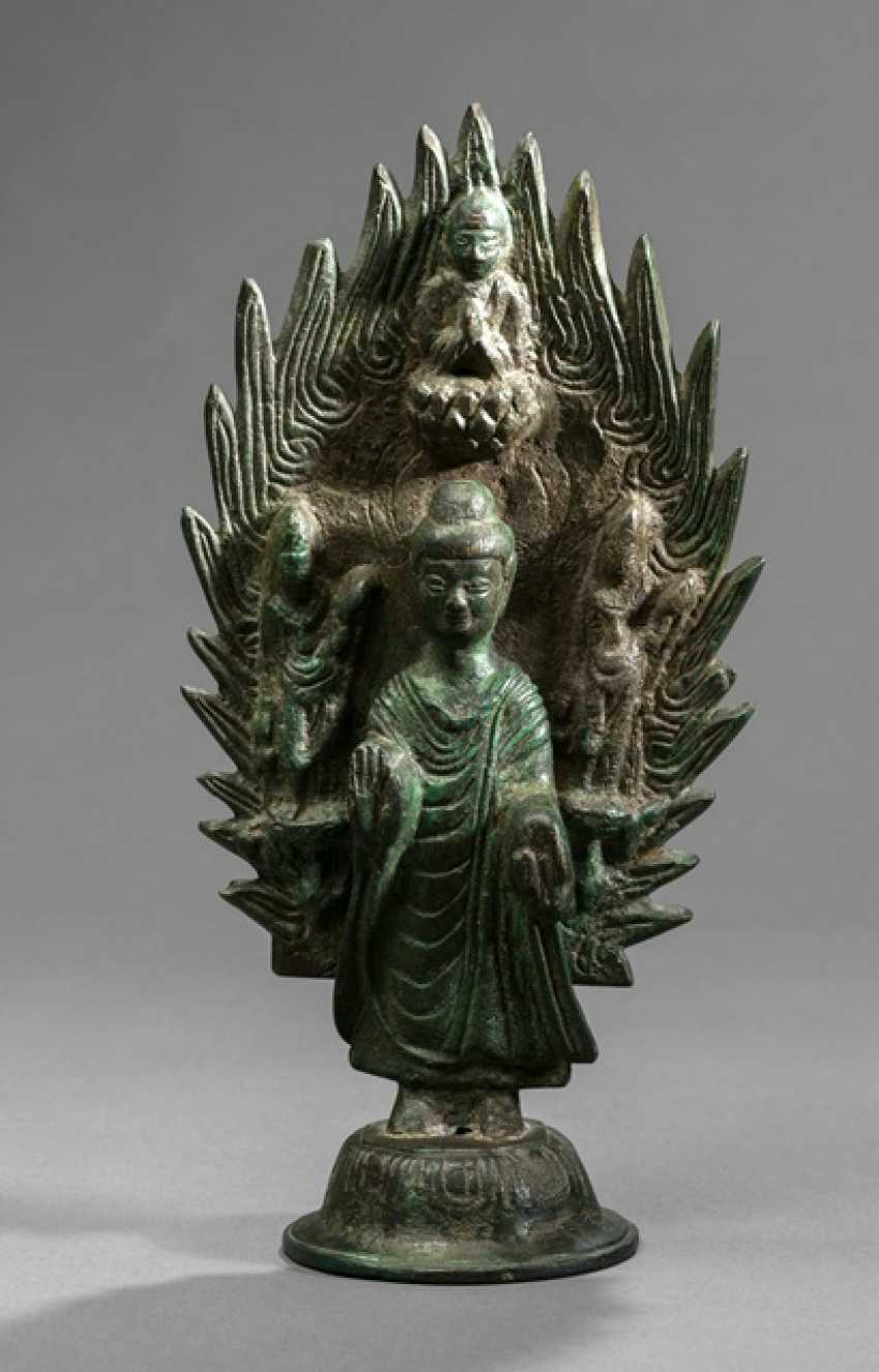 Bronze of the Buddha Shakyamuni in front of a flaming Mandorla - photo 1
