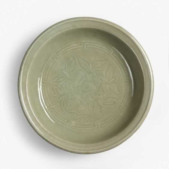 A large 'Longquan'celadon plate with minimalist floral decoration - photo 1