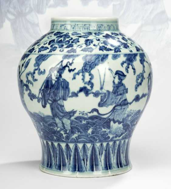 Shoulder pot with decoration of Eight Immortals in underglaze blue - photo 2