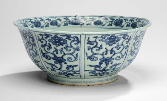 Large under glaze blue bowl with Lotus decor - photo 1
