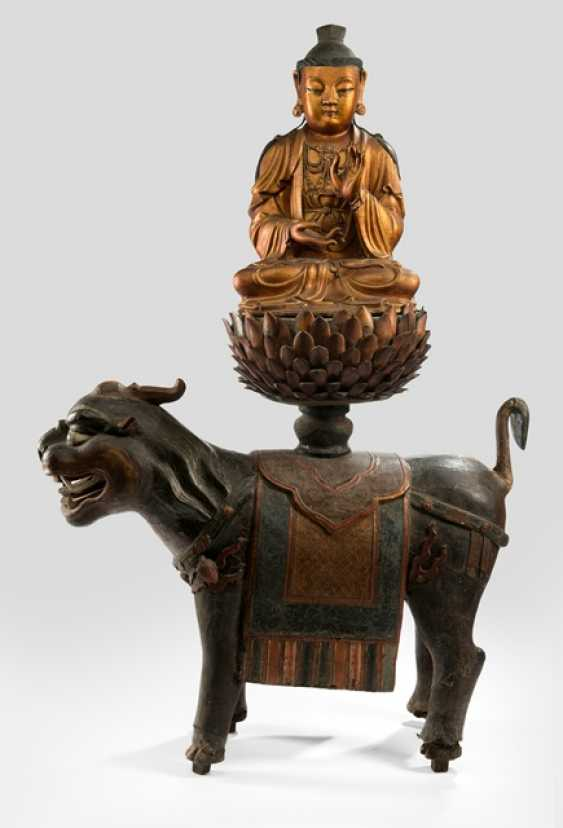 Very rare and large figure of Guanyin on a lion made of dry lacquer - photo 1