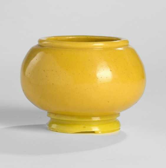 Pinselwascher aus gelbem PekinGelbgoldlas mit hellgelbem Stand - photo 1