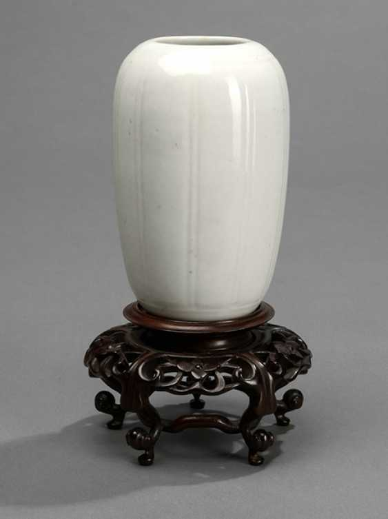 Small white Vase in subtle ten passiger the Form of a stand with wooden - photo 1